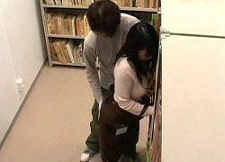 本棚通路でチカンされる巨乳図書館女性職員