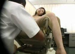 強烈な薬品で完全に眠らされエロ医師の思うままにいたずらされる女性達