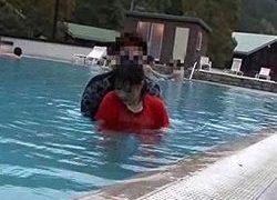 プール監視員バイト中にチカンされる娘