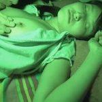 家族が寝静まった深夜零時に小さい頃一緒に寝ていた父から夜這いされる娘
